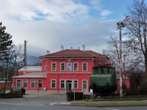 Blick von der Seehauser Straße auf Ostfassade und Denkmallok
